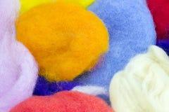 Bunte natürliche Schafwolle für Filzstoff Trockene helle bunte Merinowolle Blau, orange, Weiß und Gelb trocknete Garn für das cre Lizenzfreies Stockbild