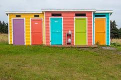 Bunte Nebengebäude am Kopf Neufundland der Kuh stockbilder