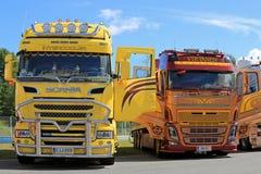 Bunte neue Scania- und Volvo-Show-LKWs Stockfotos