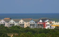 Bunte neue Strand-Häuser Stockbilder