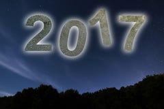 2017 Bunte neues Jahr des Glühens 2017 Nächtlicher Himmel Lizenzfreie Stockbilder