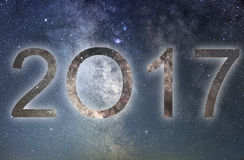 2017 Bunte neues Jahr des Glühens 2017 Nächtlicher Himmel Stockbild