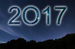 2017 Bunte neues Jahr des Glühens 2017 Nächtlicher Himmel Lizenzfreie Stockfotografie
