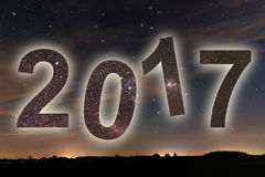 2017 Bunte neues Jahr des Glühens 2017 Nächtlicher Himmel Lizenzfreie Stockfotos