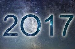 2017 Bunte neues Jahr des Glühens 2017 Nächtlicher Himmel Lizenzfreies Stockfoto