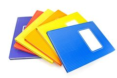 Bunte Notizbücher getrennt auf weißem Hintergrund Lizenzfreie Stockfotos
