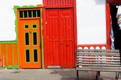 Bunte orange und rote Türen in Salento, Kolumbien Stockbilder