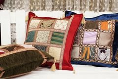 Bunte orientalische arabische Kissen stockbilder