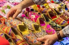 Bunte orientalische Schuhe im Verkauf Lizenzfreie Stockfotos
