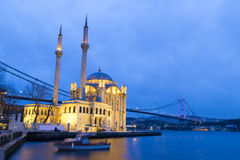 Bunte Ortakoy Moschee und Bosphorus überbrücken Reflexion auf dem Meer stockbild