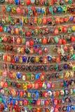 Bunte Ostereier in den Reihen für Hintergrund Stockfotografie