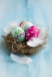 Bunte Ostereier in einem Nest Stockfoto
