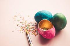 Bunte Ostereier mit dem Süßigkeitenbesprühen Lizenzfreie Stockfotos