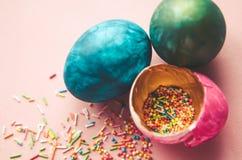 Bunte Ostereier mit dem Süßigkeitenbesprühen Stockfotos