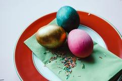 Bunte Ostereier mit dem Süßigkeitenbesprühen Lizenzfreies Stockbild