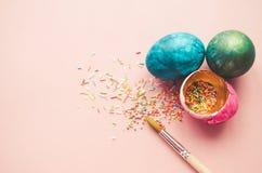 Bunte Ostereier mit dem Süßigkeitenbesprühen Lizenzfreies Stockfoto