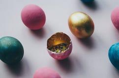 Bunte Ostereier mit dem Süßigkeitenbesprühen Lizenzfreie Stockfotografie