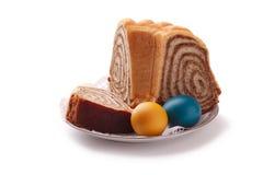 Bunte Ostereier mit einem slovene Kuchen potica Stockbild