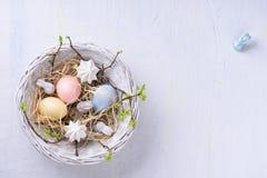 Bunte Ostereier, Pastellfarbe, weißer Hintergrund mit Textraum Beschneidungspfad eingeschlossen Lizenzfreie Stockfotos