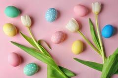 Bunte Ostereier und Blumen Stockfoto