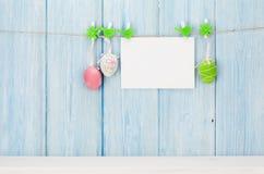 Bunte Ostereier und Grußkarte Stockbilder