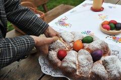 Bunte Ostereier und süßes Brot Stockfoto