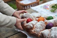 Bunte Ostereier und süßes Brot Stockbilder