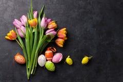 Bunte Ostereier und Tulpen Lizenzfreie Stockbilder