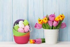 Bunte Ostereier und Tulpen stockfoto