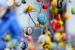 Bunte Ostereier verkauften im jährlichen traditionellen Handwerk ehrlich in Vilnius Stockbilder