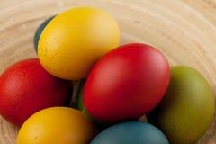 Bunte Ostereier verziert auf Farbhintergrund Stockbild