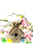 Bunte Ostern-Dekoration mit Vogelhaus und Eiern Stockfotografie