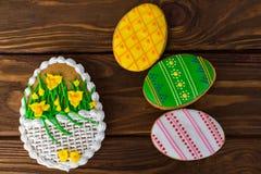 Bunte Ostern-Plätzchen auf braunem hölzernem Hintergrund Stockbild