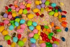 Bunte Ostern-Süßigkeiten und -eier lizenzfreies stockbild