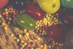Bunte Ostern-Süßigkeiten und -eier lizenzfreie stockfotografie