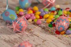 Bunte Ostern-Süßigkeiten und -eier lizenzfreie stockfotos