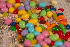 Bunte Ostern-Süßigkeiten und -eier stockfotos