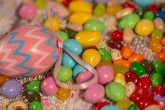 Bunte Ostern-Süßigkeiten und -eier stockfoto