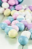 Bunte Ostern-Süßigkeits-Eier Stockfotos