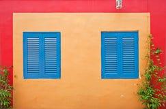Bunte Paarfenster Stockfotos