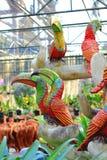 Bunte Papageienstatue im Garten Stockfoto