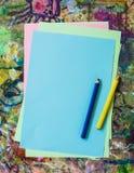 Bunte Papierblätter und Bleistifte - bereiten Sie für das Zeichnen vor Lizenzfreie Stockfotos