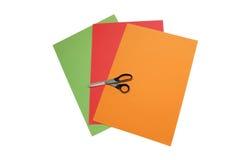 Bunte Papiere mit Scheren Lizenzfreies Stockfoto