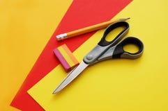Bunte Papiere, Scheren, Bleistift und Radiergummi Lizenzfreies Stockbild