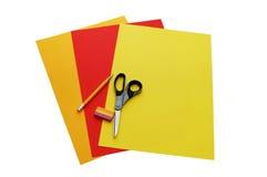 Bunte Papiere, Scheren, Bleistift und Radiergummi Stockfotos