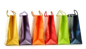 Bunte Papiereinkaufstaschen auf Weiß Lizenzfreies Stockfoto