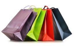 Bunte Papiereinkaufstaschen auf Weiß Stockfotos