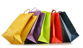 Bunte Papiereinkaufstaschen auf Weiß Stockfotografie
