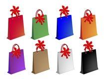 Bunte Papiereinkaufstaschen mit roten Bögen Stockbilder
