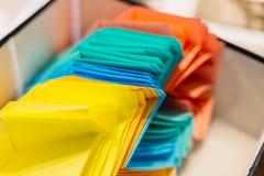 Bunte Papierflugzeuge auf Holztischhintergrund Kindheit, Freiheit, Origami und Verschiedenartigkeit concep lizenzfreies stockfoto